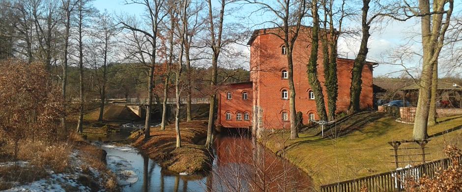 Piła Młyn: siedziba firmy w starym młynie nad rzeką Mątawa